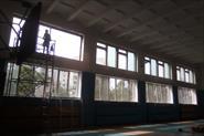 Установка окон ПВХ, в школьном спорт зале.