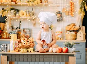 Демид на кухне