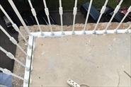 Монтаж цокольных отливов на балконе