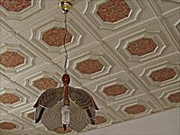 Как клеить плитку на потолок?